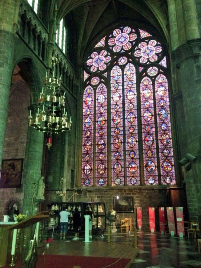 Vitral dentro da igreja de Notre-Dame