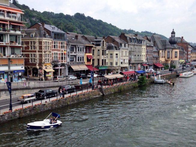 Visual encantador as margens do Rio Meuse