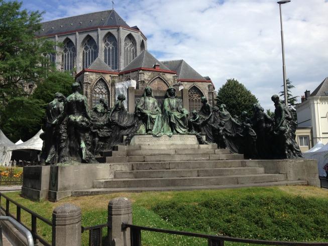 Monumento aos irmãos Hubert e Jan Van Eyck e ao fundo a Catedral de Saint Bavo