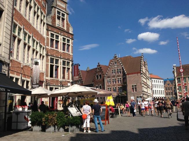 Cidade repleta de restaurante e bares