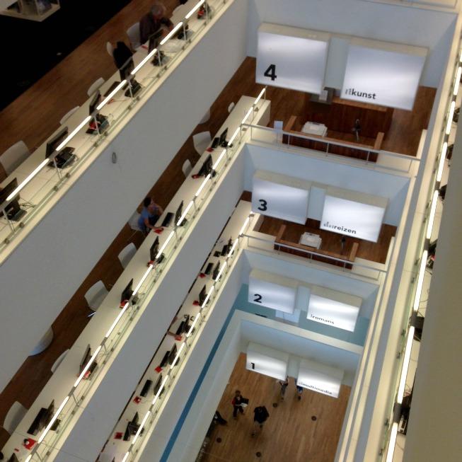 Interior do prédio: vários andares