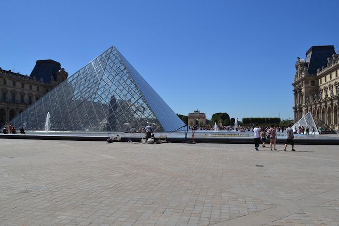 Pirâmides do Museu do Louvre em Paris