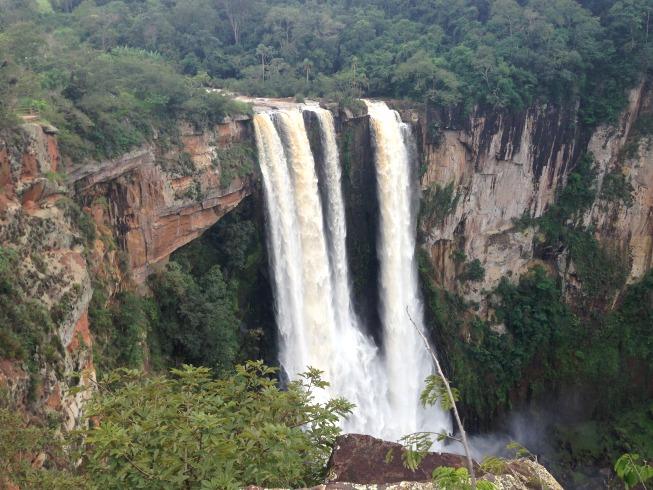 Cachoeira vista do mirante de pedra