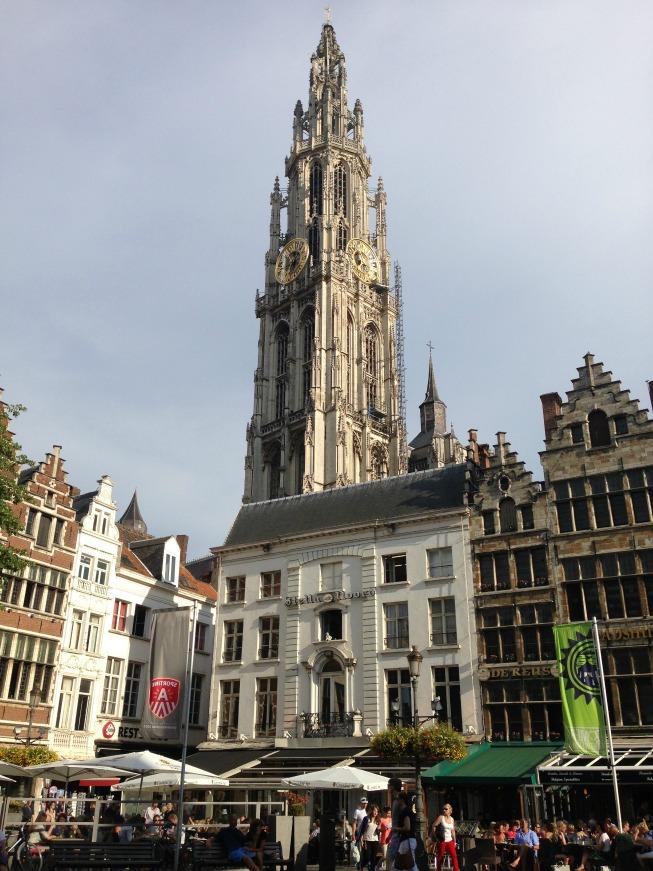 Grote Markt e ao fundo a torre da Catedral de Nossa Senhora