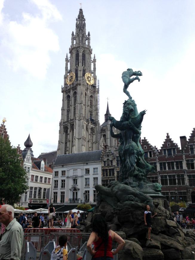 Brabo, os restaurantes da Grote Markt e a torre da Catedral de Nossa Senhora