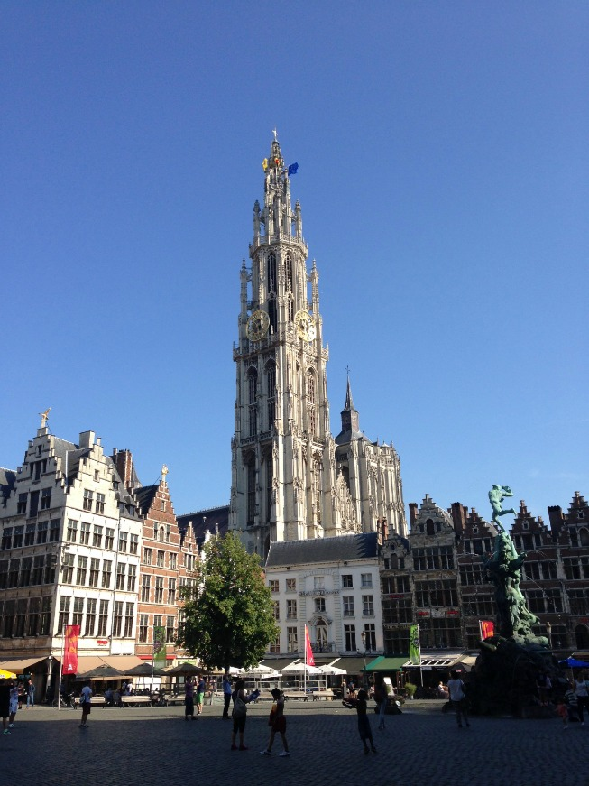 Grote Markt - ao fundo restaurantes e a torre da Catedral de Nossa Senhora