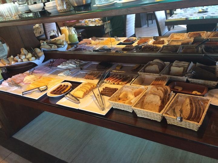 Café da manhã - Mesa de pães e frios
