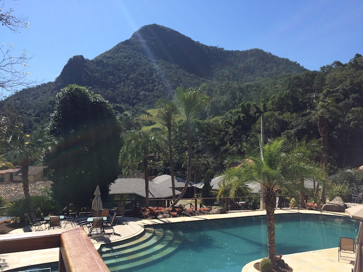Vista da piscina e da montanha Eco Resort Serra Imperial