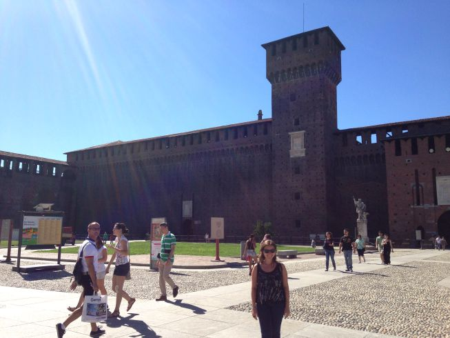 Castelo no meio da cidade de Milão