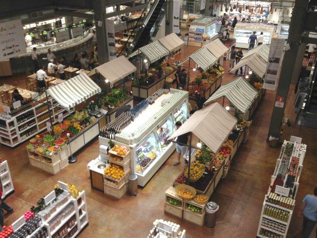 Barracas de feira no Eataly (frutas, legumes, verduras)