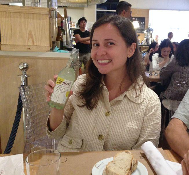 Pãozinho com azeite de entrada e a limonada italiana