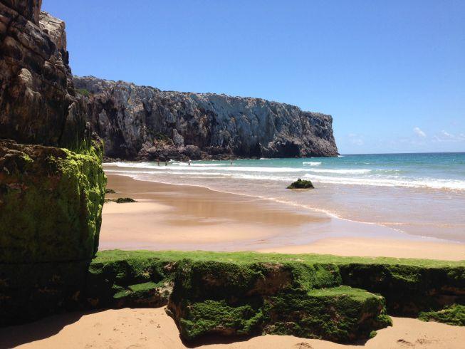Os paredões de rocha na Praia do Beliche