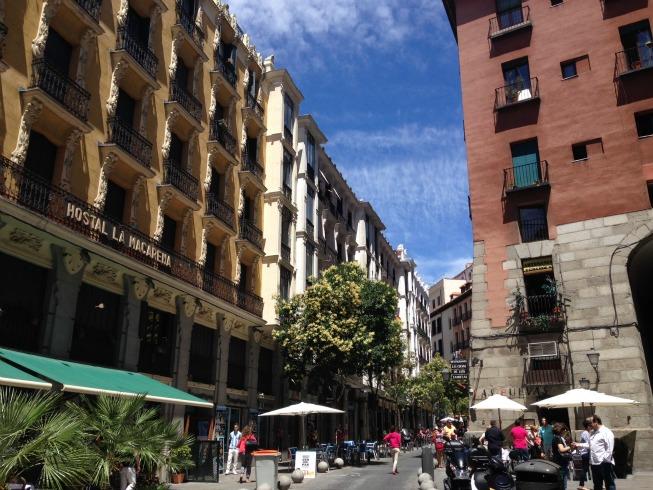 Cava de San Miguel, uma das ruas que tem a porta para a Plaza Mayor