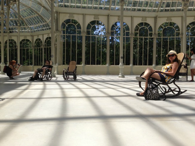 Dentro do Palácio de Cristal estão várias cadeiras de balanço