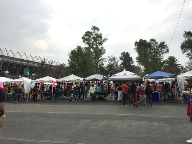 Na porta do evento tinha um comércio de roupas e acessórios com temáticas do evento