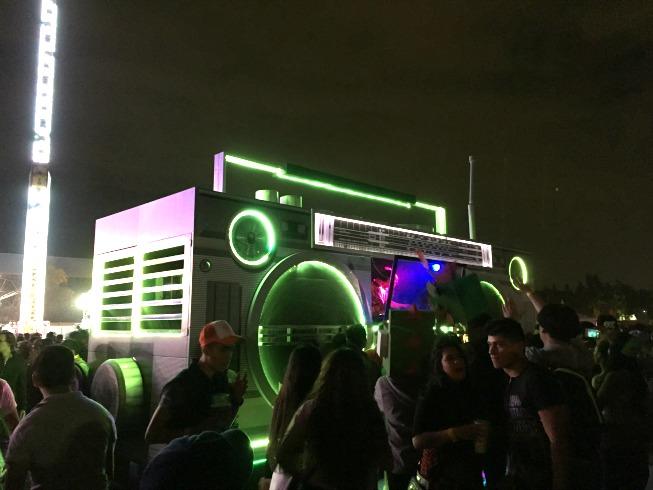 Esse rádio é d+! É tipo um trio elétrico. Fica um DJ lá dentro tocando e o pessoal acompanhando o rádio hahahahaha