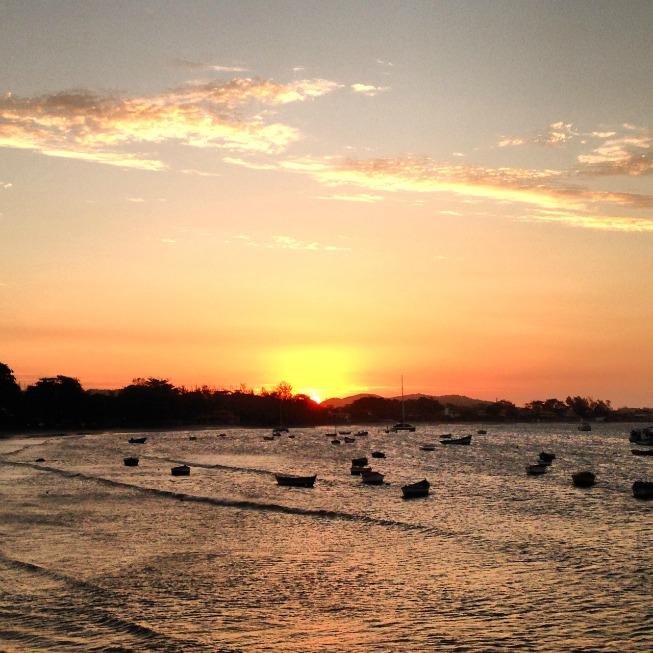 Pôr do sol no cais na Praia de Manguinhos