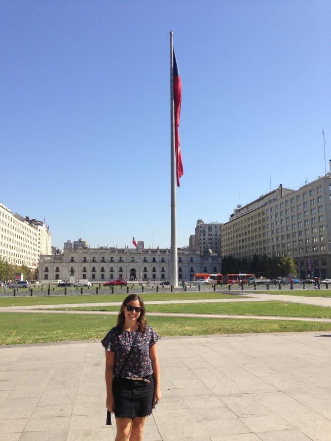 Do outro lado do Palácio de La Moneda com a bandeira do Chile