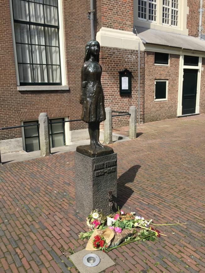 Estátua de Anne Frank, que fica ao lado da igreja localizada ao lado da Casa de Anne Frank