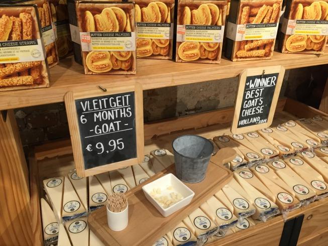 Potinhos com queijos cortados para experimentação