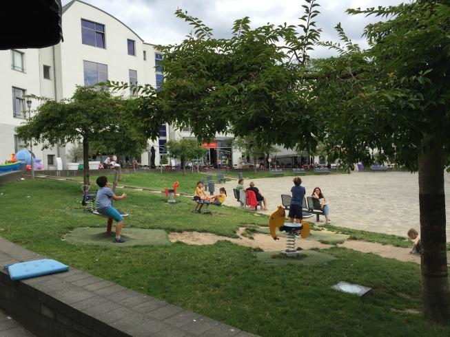 Crianças brincando na praça