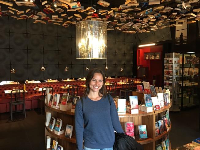 Esse é o ambiente que eu mais gostei com os livros pendurados no teto