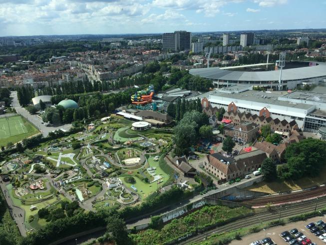 Vista para outras atrações de Bruxelas: o Mini Europe e o estádio